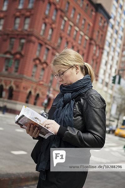 USA  New York City  Manhattan  Upper West Side  Lesebuch der Frau in der Straße