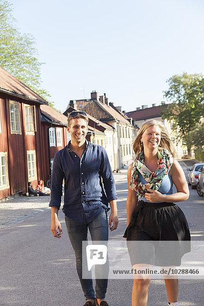 Schweden  Sodermanland  Sodermalm  Stockholm  Fröhliches Pärchen auf der Straße
