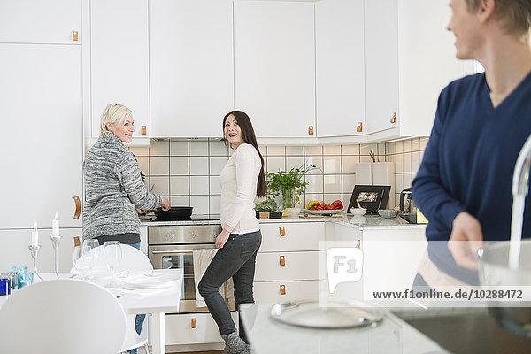 Schweden  Zwei Frauen und ein Mann in der heimischen Küche