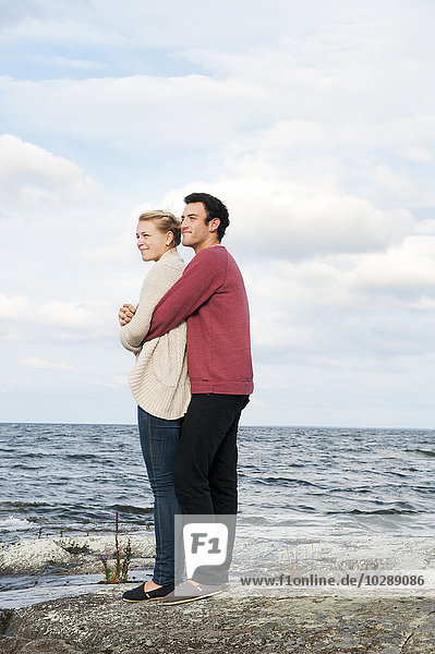 Schweden  Vastra Gotaland  Kallandso  Junges Paar mit Blick aufs Meer