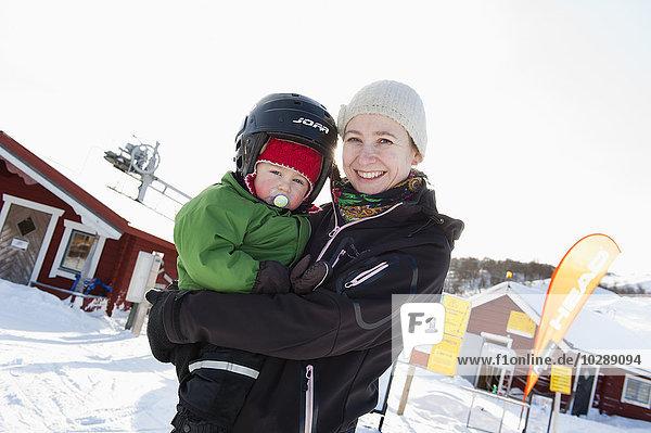 Schweden  Harjedalen  Tanndalen  Portrait einer Frau mit Junge (2-3) im Skiurlaub