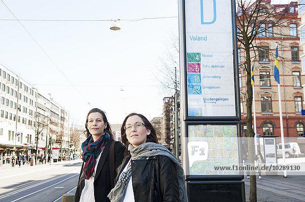Schweden  Vastergotland  Göteborg  Zwei Frauen warten auf die Straßenbahn