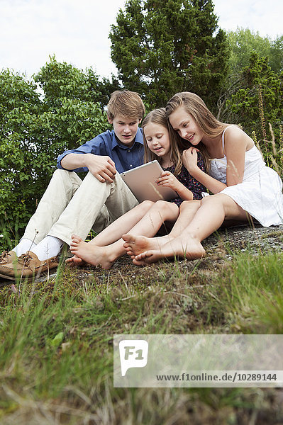 Schweden  Ostergotland  Vikbolandet  Mädchen (8-9  12-13) und Teenager (16-17) beim Betrachten der digitalen Tafel