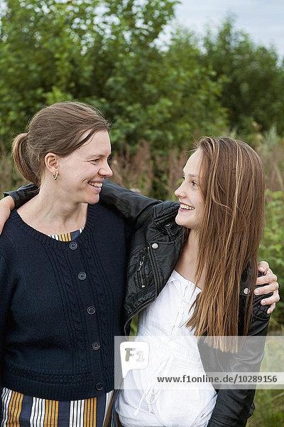 Schweden  Ostergotland  Vikbolandet  Portrait von Mutter und Tochter (12-13)