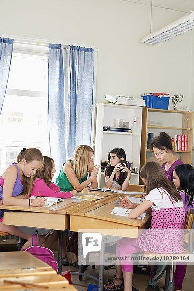 Schweden  Vastra Gotland  Schüler (10-11) im Klassenzimmer