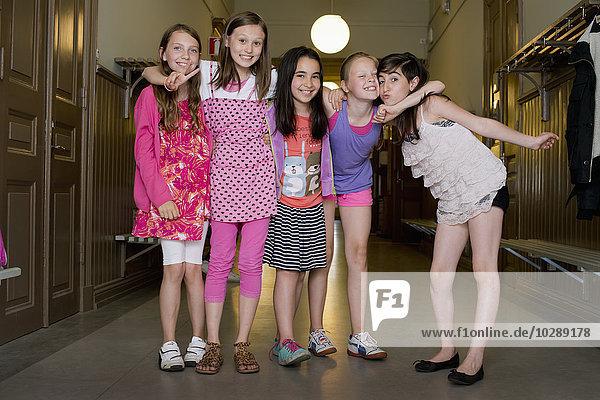 Schweden  Vastra Gotland  Fünf Schulmädchen (10-11) stehen im Flur der Schule