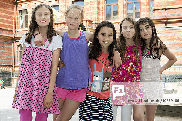 Schweden  Vastra Gotland  Fünf Schülerinnen (10-11) im Schulhof stehend