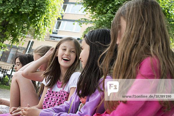 Schweden  Vastra Gotland  Fünf Schülerinnen (10-11) sitzend vor der Schule