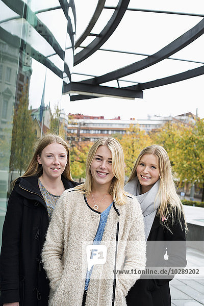 Schweden  Vastra Gotaland  Göteborg  School of Business  Economics and Law  Portrait attraktiver junger Frauen