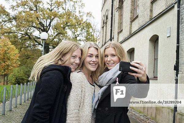 Schweden  Vastra Gotaland  Göteborg  School of Business  Economics and Law  Attraktive junge Frauen  die Selfie machen