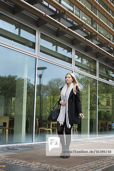 Schweden  Vastra Gotaland  Göteborg  School of Business  Economics and Law  Blick auf eine junge Frau  die an der Universität steht.