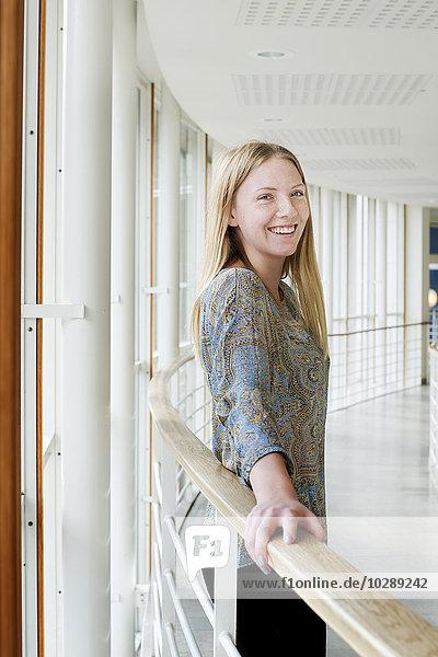 Schweden  Vastra Gotaland  Göteborg  School of Business  Economics and Law  Portrait eines lächelnden Studenten