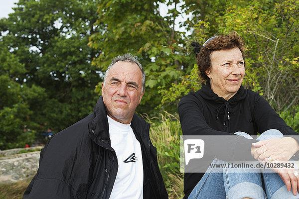 Schweden  Blekinge  Karlskrona  Seniorenpaar im Wald
