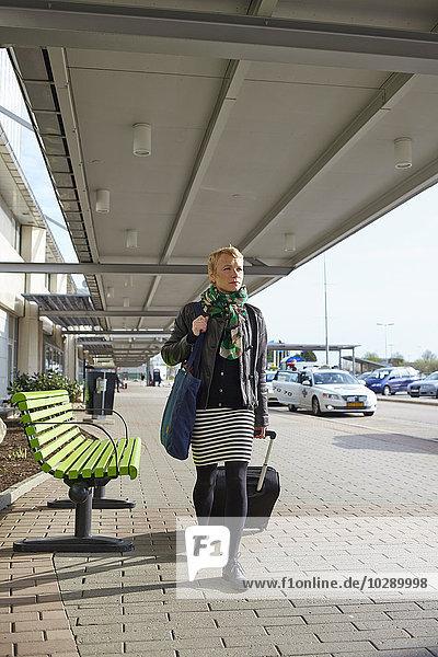 Schweden  Harryda  Landvetter  Frau mit Koffer am Flughafen