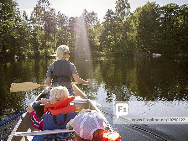 Schweden  Vastergotland  Ommernsee  Mutter  Sohn (8-9) und Tochter (6-7) beim Überqueren des Sees mit dem Ruderboot