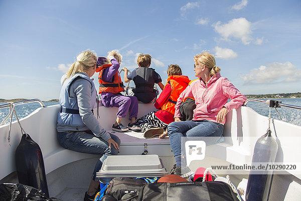 Schweden  Schwedische Westküste  Halland  Kungsbackafjord  Frauen und Kinder (6-7  8-9  10-11  12-13) im Boot auf hoher See.