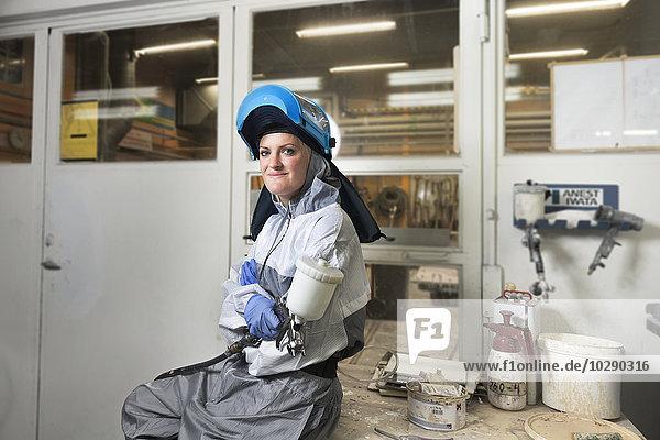 Schweden  Porträt einer Frau in der Werkstatt