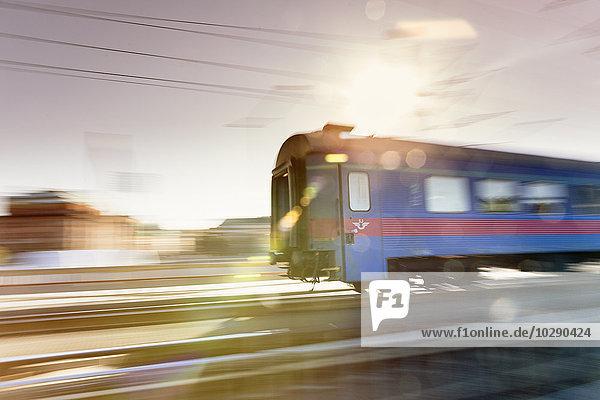 Schweden  Stockholm  Verschwommene Sicht auf den Zug
