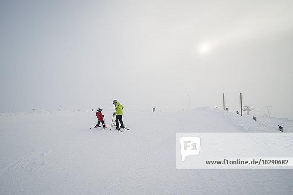 Finnland  Lappland  Levi  Großvater und Enkel (6-7) Skifahren