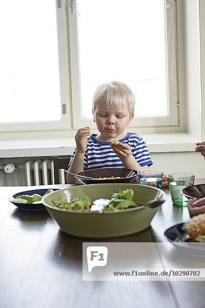Finnland  Helsinki  Kallio  Junge beim Mittagessen