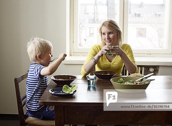 Finnland  Helsinki  Kallio  Mutter und Sohn beim Mittagessen