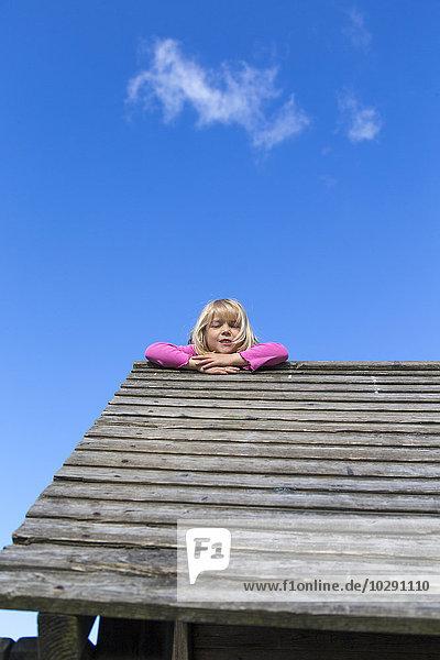 Mädchen klettert auf Holzhaus  Kiel  Schleswig-Holstein  Deutschland  Europa