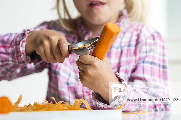 Mädchen schält Karotten  Kiel  Schleswig-Holstein  Deutschland  Europa