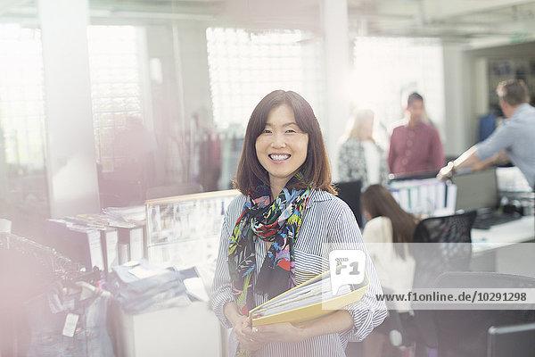 Portrait selbstbewusste Modedesignerin im Büro