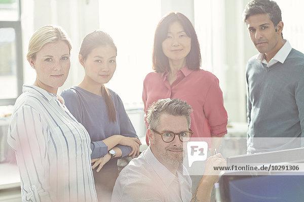 Portrait selbstbewusste Geschäftsleute im sonnigen Büro