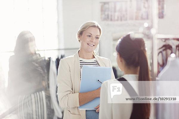 Modedesigner im Büro im Gespräch
