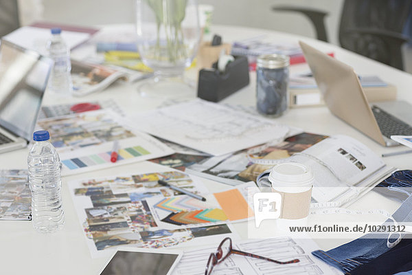 Proofs  Muster und Unterlagen auf dem Konferenztisch