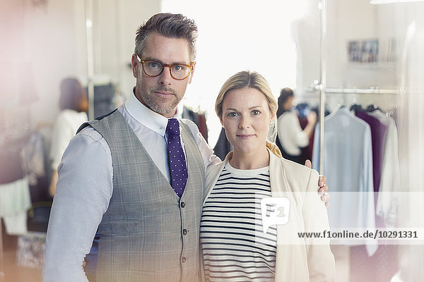 Portrait selbstbewusste Modedesigner im Büro