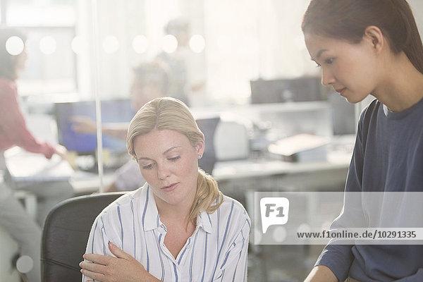 Unternehmerinnen, die im Büro arbeiten