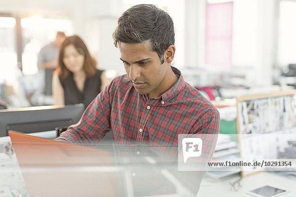 Fokussierter Geschäftsmann  der im Büro arbeitet