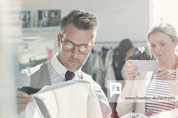 Modedesigner fotografieren Kleidung mit Fotohandy