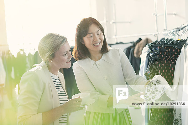 Modedesigner untersuchen Manschettendetails an der Bluse
