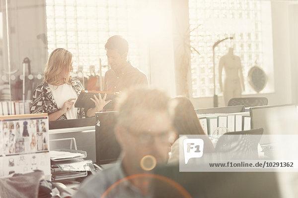 Modedesigner treffen sich im sonnigen Büro