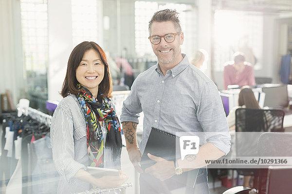 Portrait lächelnde Modedesigner im Büro