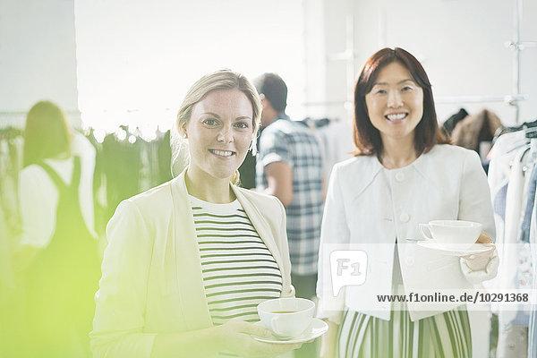 Portrait lächelnde Modedesigner beim Tee trinken