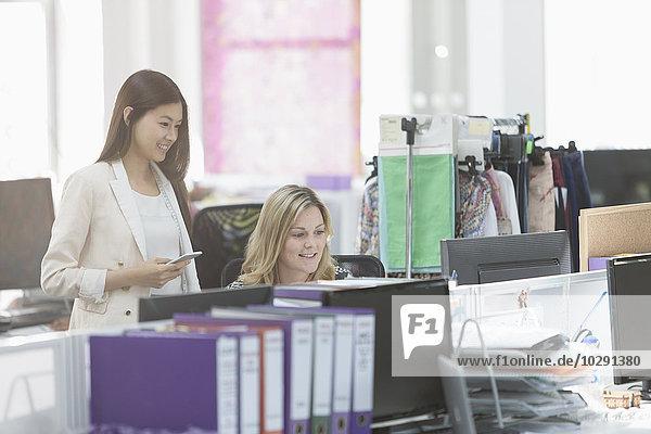 Modedesigner arbeiten am Computer am Schreibtisch im Büro