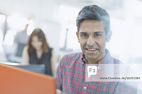 Porträt souveräner Geschäftsmann mit digitalem Tablett