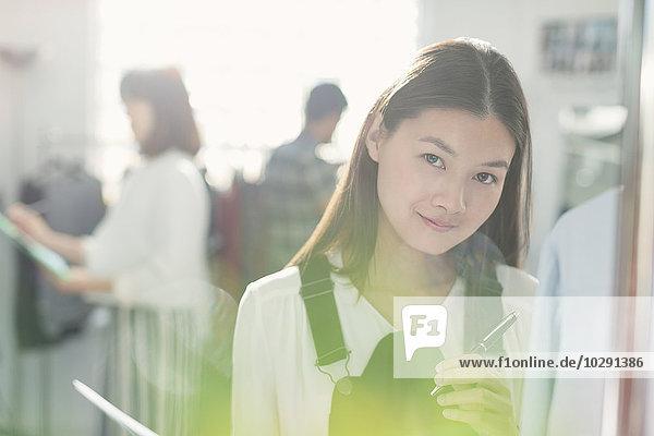 Portrait lächelnder Modedesigner im Büro