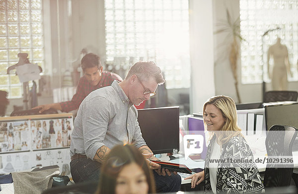Modedesigner mit digitalem Tablett im Büro