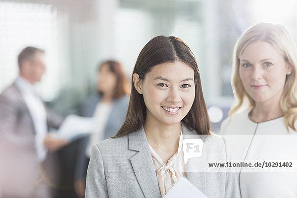 Portrait selbstbewusste Unternehmerinnen im Büro
