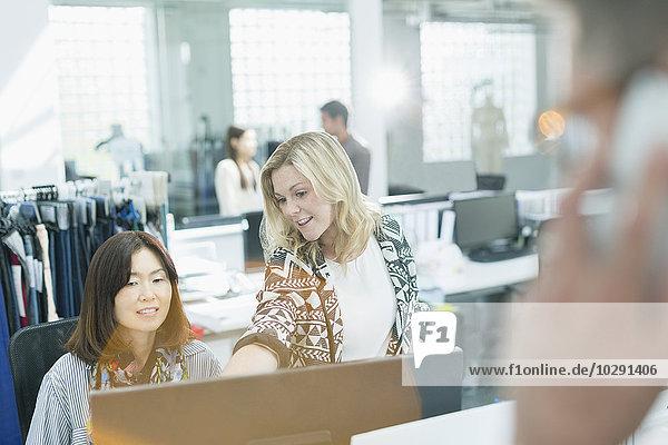 Modedesigner  die am Computer im Büro arbeiten