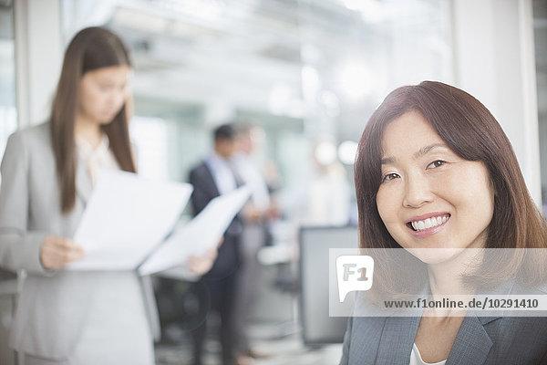 Porträt einer selbstbewussten Geschäftsfrau im Büro