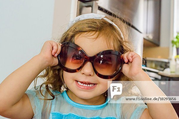 Portrait of young girl  wearing sunglasses