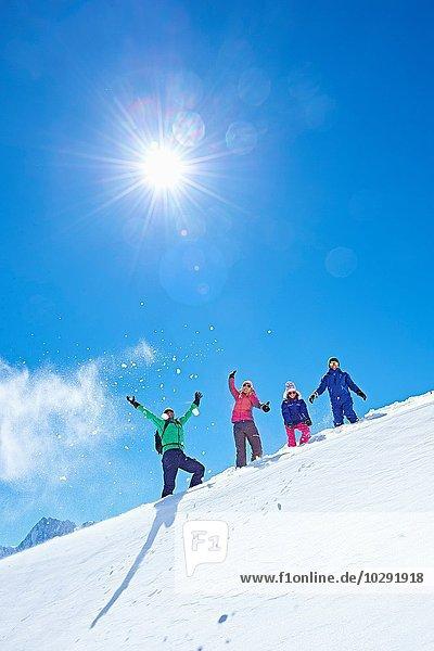 Familie auf Skitour  Chamonix  Frankreich