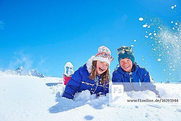 Geschwister spielen im Schnee  Chamonix  Frankreich