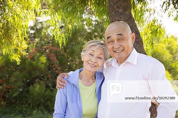 Porträt eines älteren Paares  im Freien  lächelnd